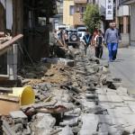Megrongálódott úttesten sétáló emberek a délnyugat-japáni Kumamoto tartományban fekvő Masiki városban 2016. április 15-én, egy nappal az után, hogy a  Richter-skála szerinti 6.5-ös erősségű földrengés rázta meg a térséget. A rengést több utórengés követte, köztük egy 6,4-es erősségű. A természeti katasztrófa eddig legkevesebb 9 halálos áldozatot követelt, 950 sérültet kórházba szállítottak. A legnagyobb károk a 34 ezres Masiki városkában keletkeztek. (MTI/EPA/Majama Kimimasza)