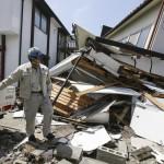 Araki Cugio 67 éves japán férfi összeomlott lakóháza előtt a délnyugat-japáni Kumamoto tartományban fekvő Masiki városban 2016. április 15-én, egy nappal az után, hogy a  Richter-skála szerinti 6.5-ös erősségű földrengés rázta meg a térséget. A rengést több utórengés követte, köztük egy 6,4-es erősségű. A természeti katasztrófa eddig legkevesebb 9 halálos áldozatot követelt, 950 sérültet kórházba szállítottak. A legnagyobb károk a 34 ezres Masiki városkában keletkeztek. (MTI/EPA/Majama Kimimasza)