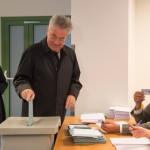 Heinz Fischer osztrák államfő (k) leadja szavazatát egy bécsi szavazóhelyiségben 2016. április 24-én, az osztrák elnökválasztás napján. (MTI/EPA/Filip Singer)