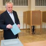Rudolf Hundstorfer, az Osztrák Szociáldemokrata Párt (SPÖ) államfőjelöltje leadja szavazatát egy bécsi szavazóhelyiségben 2016. április 24-én, az osztrák elnökválasztás napján. (MTI/EPA/Christian Bruna)
