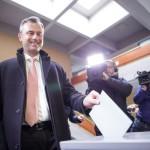 Norbert Hofer, az Osztrák Szabadságpárt (FPÖ) államfőjelöltje leadja szavazatát egy pinkafeldi szavazóhelyiségben 2016. április 24-én, az osztrák elnökválasztás napján. (MTI/EPA/Lisi Niesner)