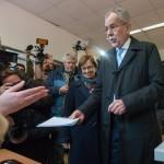 Alexander Van der Bellen, a Zöld Párt államfőjelöltje (j) leadja szavazatát egy bécsi szavazóhelyiségben 2016. április 24-én, az osztrák elnökválasztás napján. (MTI/EPA/Christian Bruna)