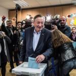 Richard Lugner osztrák építési vállalkozó, független jelölt (k) leadja szavazatát egy bécsi szavazóhelyiségben 2016. április 24-én, az osztrák elnökválasztás napján. (MTI/EPA/Filip Singer)