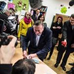 Richard Lugner osztrák építési vállalkozó, független jelölt (k), mielőtt leadja szavazatát egy bécsi szavazóhelyiségben 2016. április 24-én, az osztrák elnökválasztás napján. (MTI/EPA/Filip Singer)