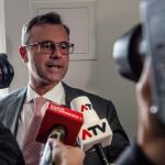 Norbert Hofer, az Osztrák Szabadságpárt (FPÖ) államfőjelöltje nyilatkozik a sajtó képviselőinek a párt bécsi székházában 2016. április 24-én, az osztrák elnökválasztás napján. (MTI/EPA/Filip Singer)