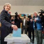 Irmgard Griss független jelölt leadja szavazatát egy bécsi szavazóhelyiségben 2016. április 24-én, az osztrák elnökválasztás napján. (MTI/EPA/Christina Bruna)