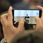 Egy mobiltelefon kijelzőjén látszik, amint Orbán Viktor miniszterelnök beszédet mond A jövő autói című konferencián a Budapesti Műszaki és Gazdaságtudományi Egyetemen 2016. május 19-én.<br /> MTI Fotó: Koszticsák Szilárd