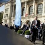 Günther Oettinger, az Európai Bizottság digitális gazdaságért és társadalomért felelős tagja (b), Varga Mihály nemzetgazdasági miniszter (j) és Lepsényi István, a Nemzetgazdasági Minisztérium gazdaságfejlesztésért és szabályozásért felelős államtitkára (b2) A jövő autói című konferencia kiállításán a Budapesti Műszaki és Gazdaságtudományi Egyetem előtt 2016. május 19-én.<br /> MTI Fotó: Koszticsák Szilárd