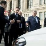 Günther Oettinger, az Európai Bizottság digitális gazdaságért és társadalomért felelős tagja (j) Simicskó István honvédelmi miniszter (j3) és Varga Mihály nemzetgazdasági miniszter (j4) A jövő autói című konferencia kiállításán a Budapesti Műszaki és Gazdaságtudományi Egyetem előtt 2016. május 19-én.<br /> MTI Fotó: Koszticsák Szilárd