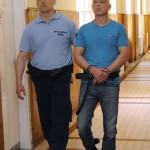 Fegyőr vezeti elő tárgyalására 2016. május 26-án a Szegedi Törvényszék folyosóján azt a férfit, aki még 1998-ban meggyilkolt egy helybeli taxisofőrt. A törvényszék nyereségvágyból, különös kegyetlenséggel elkövetett emberölés bűntettében életfogytig tartó szabadságvesztéssel sújtotta a negyvenéves férfit, aki legkorábban harminc év letöltése után bocsátható feltételesen szabadságra.<br /> MTI Fotó: Kelemen Zoltán Gergely