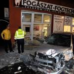 Összetört személygépkocsi és betört kirakat a XVIII. kerületi Üllői úton, a Ráday Gedeon utca és a Gulner Gyula utca közti szakaszon 2016. május 4-én. Az autó a kirakatba hajtott és egy parkoló gépkocsinak is nekiütközött. A balesetben egy ember a kocsiba szorult, a tűzoltók szabadították ki.<br /> MTI Fotó: Mihádák Zoltán