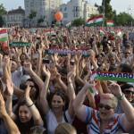 Szurkolók a franciaországi labdarúgó Európa-bajnokságról hazatérő magyar labdarúgó-válogatott ünneplésén a fővárosi Hősök terén MTI Fotó: Koszticsák Szilárd