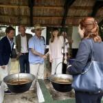 Bradley Phillip Bell, az Egyesült Államok nagykövetének férje (b) a Gyulára kiránduló, Magyarországon akkreditált misszióvezetők házastársai kirándulásán, a Gyulához közeli Steigervald tanyán 2016. június 1-jén.<br /> MTI Fotó: Bruzák Noémi