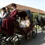 Középen Herczegh Anita, Áder János köztársasági elnök felesége (b) a Gyulára kiránduló, Magyarországon akkreditált misszióvezetők házastársai kocsikázásán 2016. június 1-jén. MTI Fotó: Bruzák Noémi