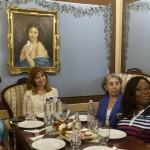 Középen Herczegh Anita, Áder János köztársasági elnök felesége a gyulai Százéves Cukrászdában, a Magyarországon akkreditált misszióvezetők házastársai kirándulásán 2016. június 1-jén. MTI Fotó: Bruzák Noémi