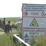 Benkő Tibor, a magyar honvédvezérkar főnöke (b3) és Takács Attila ezredes, az MH 5. Bocskai István Lövészdandár parancsnoka (b) a Nádudvar közelében, a Hortobágyi Nemzeti Park területén lévő, volt bombázótérhez vezető út 2016. július 1-jén. A bombázótéren az MH 1. Honvéd Tűzszerész és Hadihajós Ezred tűzszerészei mentesítési feladatokat végeztek. Az egyik robbanótest, egy második világháborús bomba a hatástalanítás közben eddig tisztázatlan okból felrobbant. A balesetben négy tűzszerész életét vesztette.<br /> MTI Fotó: Czeglédi Zsolt