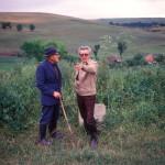 Pusztakamarás, 1976. július 3.<br /> Sütő András (1927-2006) erdélyi író, a jelenkori magyar irodalom egyik legnevesebb szerzője édesapjával, idősebb Sütő Andrással beszélget szülőhelyén, Pusztakamaráson.<br /> MTI Fotó: Farkas Tamás
