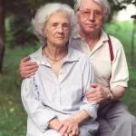 Marosvásárhely, 2005. június 27.<br /> Sütő András író a székelyföldi Hargitán levő üdülőhelyen, Sikaszón, hétvégi házának kertjében, felesége társaságában.<br /> MTI Fotó: Farkas Tamás