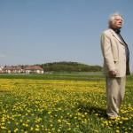 Csoóri Sándor Kossuth- és József Attila-díjas költő áll egy ürömi otthonához közeli virágos mezőn 2009. április 15-én.<br /> MTI Fotó: Kollányi Péter