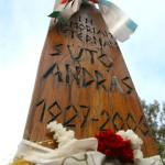 Marosvásárhely, 2011. szeptember 30.<br /> Halálának ötödik évfordulóján Sütő Andrásra emlékeztek 2011. szeptember 30-án az író sírjánál a marosvásárhelyi református temetőben. A Kossuth-díjas író életének nyolcvanadik évében 2006. szeptember 30-án, hosszan tartó betegség után hunyt el Budapesten, végső nyugalomra Marosvásárhelyen helyezték.<br /> MTI Fotó: Boda L. Gergely