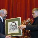 Turi Gábor debreceni alpolgármester ajándékot ad át a 75 éves Csoóri Sándor Kossuth-díjas költőnek Debrecenben az Akadémiai Bizottság székházában rendezett születésnapi ünnepségen.<br /> MTI Fotó: Oláh Tibor