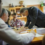 Kósa Lajos, a Fidesz parlamenti frakcióvezetője, a térség országgyűlési képviselője aláírja a névjegyzéket a debreceni Közép utcai óvodában kialakított 53. szavazókörben a kvótareferendum napján, 2016. október 2-án. A népszavazást a nem magyar állampolgárok Magyarországra történő kötelező betelepítésével kapcsolatban írták ki.<br /> MTI Fotó: Czeglédi Zsolt