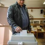 Kósa Lajos, a Fidesz parlamenti frakcióvezetője, a térség országgyűlési képviselője leadja szavazatát a debreceni Közép utcai óvodában kialakított 53. szavazókörben a kvótareferendum napján, 2016. október 2-án. A népszavazást a nem magyar állampolgárok Magyarországra történő kötelező betelepítésével kapcsolatban írták ki.<br /> MTI Fotó: Czeglédi Zsolt