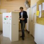 Fodor Gábor, a Magyar Liberális Párt elnöke szavaz a gyöngyösi Jeruzsálem úti bölcsődében kialakított 24. szavazókörben a kvótareferendum napján, 2016. október 2-án. A népszavazást a nem magyar állampolgárok Magyarországra történő kötelező betelepítésével kapcsolatban írták ki.<br /> MTI Fotó: Komka Péter