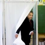 Orbán Viktor miniszterelnök a XII. kerületi Zugligeti Általános Iskolában kialakított 53. számú szavazókörben a kvótareferendum napján, 2016. október 2-án. A népszavazást a nem magyar állampolgárok Magyarországra történő kötelező betelepítésével kapcsolatban írták ki.<br /> MTI Fotó: Koszticsák Szilárd