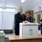Orbán Viktor miniszterelnök leadja szavazatát a XII. kerületi Zugligeti Általános Iskolában kialakított 53. szavazókörben a kvótareferendum napján, 2016. október 2-án. A népszavazást a nem magyar állampolgárok Magyarországra történő kötelező betelepítésével kapcsolatban írták ki. Mellette felesége, Lévai Anikó.<br /> MTI Fotó: Koszticsák Szilárd