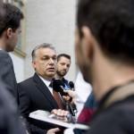 Orbán Viktor miniszterelnök újságíróknak nyilatkozik, miután leadta szavazatát a XII. kerületi Zugligeti Általános Iskolában kialakított 53. szavazókörben a kvótareferendum napján, 2016. október 2-án. A népszavazást a nem magyar állampolgárok Magyarországra történő kötelező betelepítésével kapcsolatban írták ki.<br /> MTI Fotó: Koszticsák Szilárd