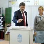 Áder János köztársasági elnök leadja szavazatát, mellette felesége, Herczegh Anita a XII. kerületi Zugligeti Általános Iskolában kialakított 53. szavazókörben a kvótareferendum napján, 2016. október 2-án. A népszavazást a nem magyar állampolgárok Magyarországra történo kötelezo betelepítésével kapcsolatban írták ki.<br /> MTI Fotó: Koszticsák Szilárd