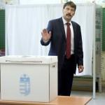 Áder János köztársasági elnök beszél, miután leadta szavazatát a XII. kerületi Zugligeti Általános Iskolában kialakított 53. szavazókörben a kvótareferendum napján, 2016. október 2-án. A népszavazást a nem magyar állampolgárok Magyarországra történo kötelezo betelepítésével kapcsolatban írták ki.<br /> MTI Fotó: Koszticsák Szilárd
