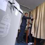 Budapest, 2016. október 2.<br /> Vona Gábor, a Jobbik elnöke fia, Benedek társaságában szavaz a XI. kerületi Öveges József Szakközépiskola és Szakiskolában kialakított 49. szavazókörben a kvótareferendum napján, 2016. október 2-án. A népszavazást a nem magyar állampolgárok Magyarországra történő kötelező betelepítésével kapcsolatban írták ki.<br /> MTI Fotó: Kovács Tamás