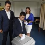 Vona Gábornak, a Jobbik elnökének (b) szavazólapját fia, Benedek dobja be a szavazóurnába, jobbra a pártelnök felesége, Vona-Szabó Krisztina a XI. kerületi Öveges József Szakközépiskola és Szakiskolában kialakított 49. szavazókörben a kvótareferendum napján, 2016. október 2-án. A népszavazást a nem magyar állampolgárok Magyarországra történő kötelező betelepítésével kapcsolatban írták ki.<br /> MTI Fotó: Kovács Tamás