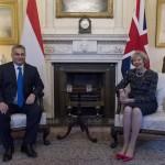 Orbán Viktor miniszterelnök és Theresa May brit kormányfő a megbeszélésük kezdetén a londoni kormányfői rezidencián, a Downing Street 10-ben 2016. november 9-én. A magyar miniszterelnök egynapos munkalátogatáson tartózkodik a brit fővárosban. (MTI/EPA/Will Oliver)