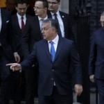 Orbán Viktor miniszterelnök (k) a magyar delegáció tagjaival elhagyja a londoni kormányfői rezidenciát, a Downing Street 10-et a Theresa May brit kormányfővel tartott megbeszélését követően 2016. november 9-én. Hátul, középen Szijjártó Péter külgazdasági és külügyminiszter, jobbra Pintér Sándor belügyminiszter látható. (MTI/AP/Matt Dunham)