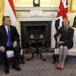 Orbán Viktor miniszterelnök és Theresa May brit kormányfő a megbeszélésük kezdetén a londoni kormányfői rezidencián, a Downing Street 10-ben 2016. november 9-én. A magyar miniszterelnök egynapos munkalátogatáson tartózkodik a brit fővárosban. (MTI/AP/PA pool/Nick Ansell)