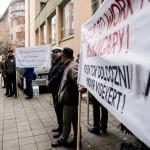 Résztvevők a Leader Egyesületek Szövetsége demonstrációján az Európai Bizottság Magyarországi Képviselete előtt a fővárosban, a II. kerületi Lövőház utcában 2016. december 19-én. A tiltakozók szerint a Brüsszelben hozott bürokratikus intézkedések ellehetetlenítik a magyarországi Leader programot, amely a közösségvezérelt helyi fejlesztéseket támogatja.<br /> MTI Fotó: Balogh Zoltán