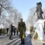 Szergejev Vlagyimir Nikolájevics orosz nagykövet koszorúz az esztergomi Szent Anna temetőben felállított Béke angyala szobornál, az I. világháborúban a városnál elhunyt külföldi katonák emlékművénél a szoboravatón 2017. január 20-án.<br /> MTI Fotó: Illyés Tibor