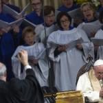 Ferenc pápa (j) kórusművet hallgat a római Mindenszentek anglikán templomban 2017. február 26-án. Ferenc pápa az első katolikus egyházfő, aki látogatást tett az anglikán templomban, ahol az első szertartást 1816. október 27-én tartották.  (MTI/EPA/Angelo Carconi)