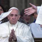 Ferenc pápa a római Mindenszentek anglikán templomban 2017. február 26-án. Ferenc pápa az első katolikus egyházfő, aki látogatást tett az anglikán templomban, ahol az első szertartást 1816. október 27-én tartották.  (MTI/EPA/Angelo Carconi)