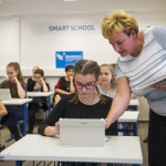Az Avastetői Általános Iskola 6. b osztályának bemutató órája a csúcstechnikával felszerelt Smart School tanteremben az átadás napján az Ökumenikus Segélyszervezet miskolci szociális és fejlesztő központjában 2017. március 22-én.<br /> MTI Fotó: Komka Péter