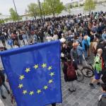 Résztvevők gyülekeznek az Oktatási szabadságot csoport Szabad ország, szabad CEU, szabad gondolat! címmel meghirdetett demonstrációja előtt a Várkert Bazárnál 2017. április 9-én. A jelenlévők a nemzeti felsőoktatásról szóló törvény április 4-i módosítása ellen tiltakoztak, amely szerintük ellehetetleníti a Közép-európai Egyetem (CEU) magyarországi működését. Ezért arra kérik Áder János köztársasági elnököt, hogy ne írja alá az elfogadott törvényt.<br /> MTI Fotó: Balogh Zoltán