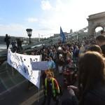 Résztvevők az Oktatási szabadságot csoport Szabad ország, szabad CEU, szabad gondolat! címmel meghirdetett demonstrációján vonulnak a Lánchíd át a Kossuth Lajos térre 2017. április 9-én. A jelenlévők a nemzeti felsőoktatásról szóló törvény április 4-i módosítása ellen tiltakoznak, amely szerintük ellehetetleníti a Közép-európai Egyetem (CEU) magyarországi működését. Ezért arra kérik Áder János köztársasági elnököt, hogy ne írja alá az elfogadott törvényt.<br /> MTI Fotó: Balogh Zoltán