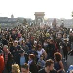 Résztvevők az Oktatási szabadságot csoport Szabad ország, szabad CEU, szabad gondolat! címmel meghirdetett demonstrációján vonulnak a Lánchíd pesti hídfőjénél a Kossuth Lajos térre 2017. április 9-én. A jelenlévők a nemzeti felsőoktatásról szóló törvény április 4-i módosítása ellen tiltakoznak, amely szerintük ellehetetleníti a Közép-európai Egyetem (CEU) magyarországi működését. Ezért arra kérik Áder János köztársasági elnököt, hogy ne írja alá az elfogadott törvényt.<br /> MTI Fotó: Balogh Zoltán