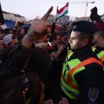 Rendőrök és tiltakozók a Parlament előtti Kossuth Lajos téren 2017. április 9-én. Az Oktatási szabadságot csoport Szabad ország, szabad CEU, szabad gondolat! címmel meghirdetett demonstrációja után többen a Parlament előtt maradtak. A demonstráción a nemzeti felsőoktatásról szóló törvény április 4-i módosítása ellen tiltakoztak, amely szerintük ellehetetleníti a Közép-európai Egyetem (CEU) magyarországi működését. Ezért arra kérik Áder János köztársasági elnököt, hogy ne írja alá az elfogadott törvényt.<br /> MTI Fotó: Balogh Zoltán