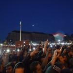 Tiltakozók a Parlament előtti Kossuth Lajos téren 2017. április 9-én. Az Oktatási szabadságot csoport Szabad ország, szabad CEU, szabad gondolat! címmel meghirdetett demonstrációja után többen a Parlament előtt maradtak. A demonstráción a nemzeti felsőoktatásról szóló törvény április 4-i módosítása ellen tiltakoztak, amely szerintük ellehetetleníti a Közép-európai Egyetem (CEU) magyarországi működését. Ezért arra kérik Áder János köztársasági elnököt, hogy ne írja alá az elfogadott törvényt.<br /> MTI Fotó: Balogh Zoltán