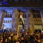 Tiltakozók az Emberi Erőforrások Minisztériuma (Emmi) Szalay utcai épületénél 2017. április 9-én. Az Oktatási szabadságot csoport Szabad ország, szabad CEU, szabad gondolat! címmel meghirdetett demonstrációja után több ezren a Parlament előtt maradtak, majd elindultak az Emmi épületéhez. Az Országház előtti demonstráción a nemzeti felsőoktatásról szóló törvény április 4-i módosítása ellen tiltakoztak, amely szerintük ellehetetleníti a Közép-európai Egyetem (CEU) magyarországi működését. Ezért arra kérik Áder János köztársasági elnököt, hogy ne írja alá az elfogadott törvényt.<br /> MTI Fotó: Balogh Zoltán