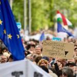Résztvevők gyülekeznek az Oktatási szabadságot csoport Szabad ország, szabad CEU, szabad gondolat! címmel meghirdetett demonstrációja előtt a Várkert Bazárnál 2017. április 9-én. A jelenlévők a nemzeti felsőoktatásról szóló törvény április 4-i módosítása ellen tiltakoztak, amely szerintük ellehetetleníti a Közép-európai Egyetem (CEU) magyarországi működését. Ezért arra kérik Áder János köztársasági elnököt, hogy ne írja alá az elfogadott törvényt.<br /> MTI Fotó: Marjai János